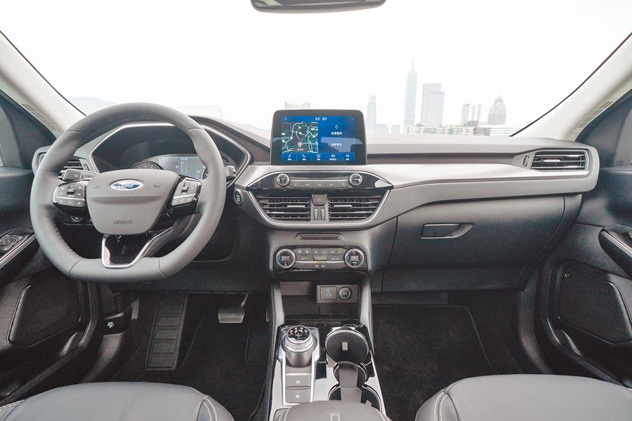 Ford Kuga EcoBoost 180旗艦型採取皮面與黑色鏡面飾板搭配,有著低調奢華的美感。(福特六和提供)