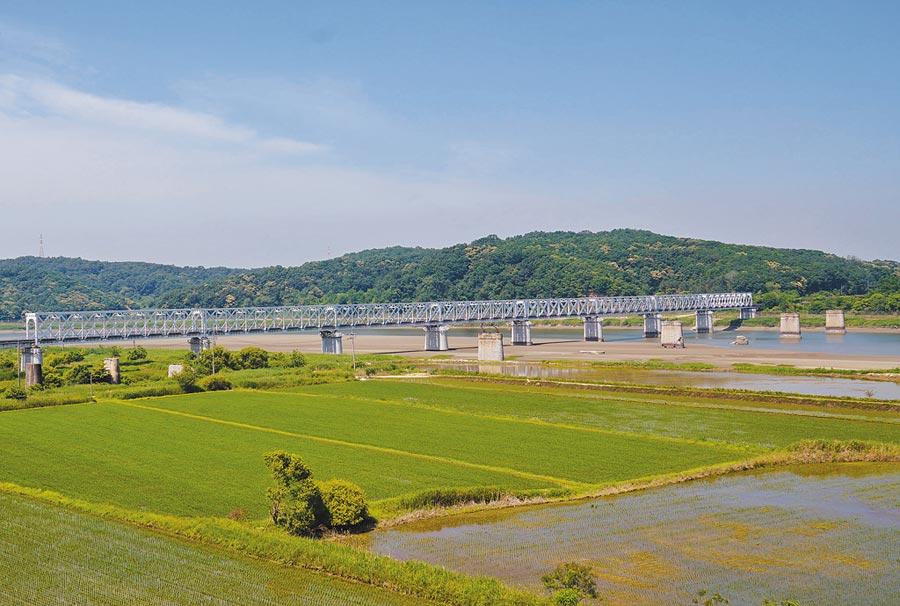 半島局勢再起波瀾,圖為韓朝非軍事區臨津閣附近的臨津江鐵路橋,此處是南韓民眾能自由前往最靠近北韓的地點之一。(中新社資料照片)