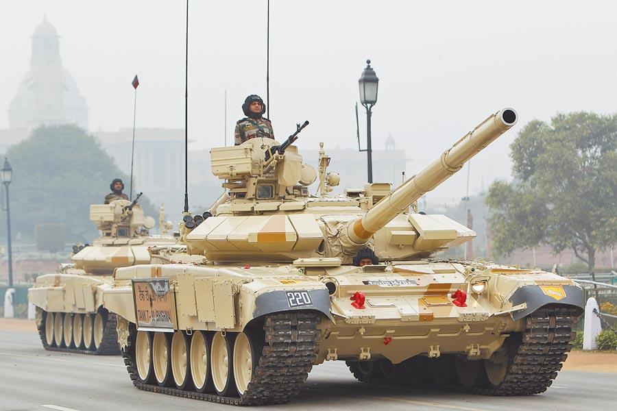印軍T-90主戰坦克大舉赴邊境。(新華社資料照片)