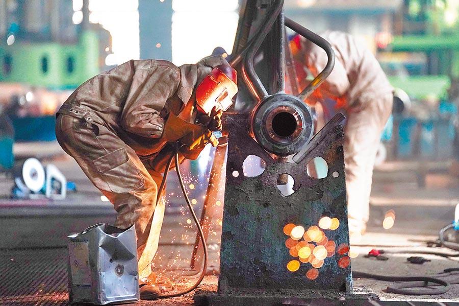 4月2日,哈電鍋爐廠工人在作業。(新華社)