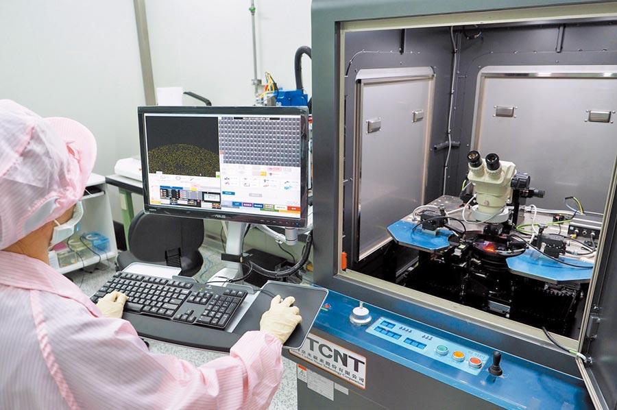 台灣奈米碳素公司的半導體技術生物快篩晶片進行量測作業。(業者提供)