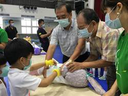 創世基金會募經費 幼兒包尿布體驗照顧植物人