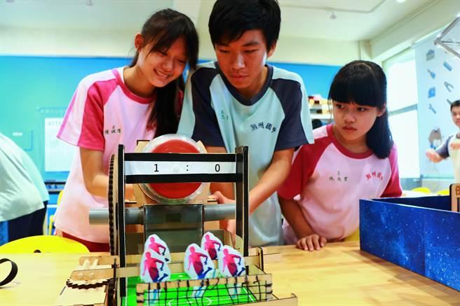 潮州國中在今年的科技教育創意實作競賽表現傑出,1金1銀1銅1佳作的獲獎數居全台之冠,完全打破「屏東是科技沙漠」的刻板印象。(謝佳潾攝)