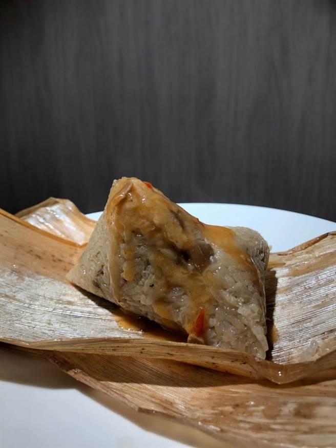 「溫體羊肉粽」使用乾香菇、鹹蛋黃及滷製後的軟嫩三層羊五花做爲主要配料。(圖/品牌提供)