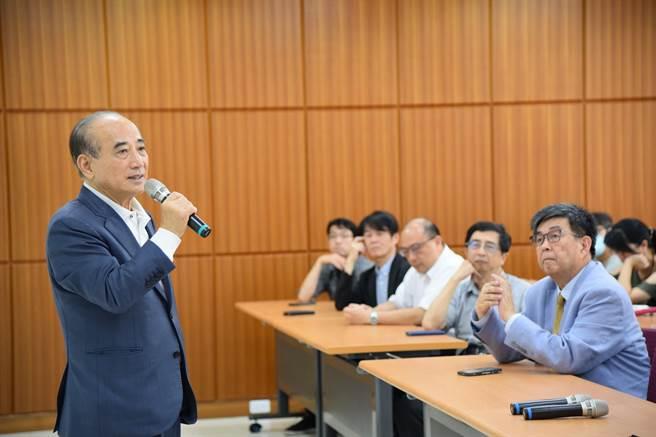 前立法院長王金平18日造訪華梵大學,並對師生即興演講。(華梵大學提供)