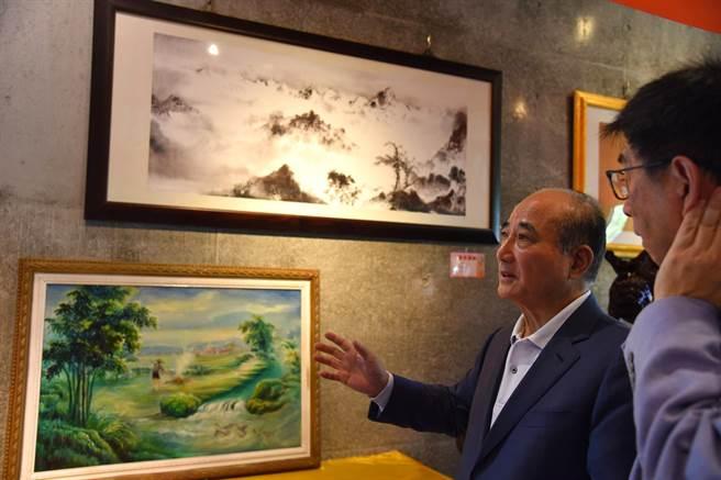 前立法院長王金平細細欣賞華梵大學創辦人曉雲法師的畫作。(華梵大學提供)