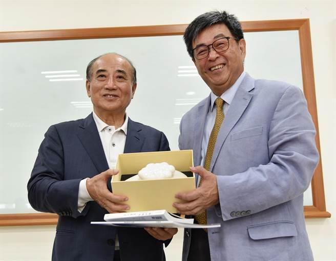 華梵大學李天任校長(右)致贈師生設計的出岫陶罐給前立法院長王金平。(華梵大學提供)