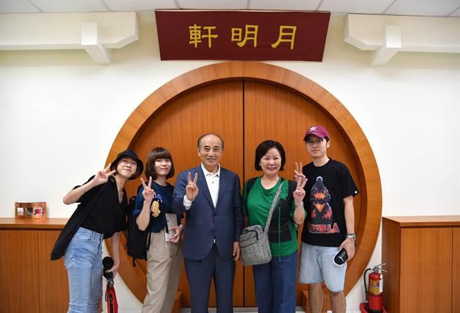 華梵大學師生與前立法院長王金平(中)開心合影。(華梵大學提供)