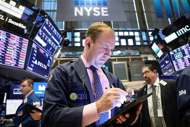 美股周五開盤漲逾300點。(圖/路透社)