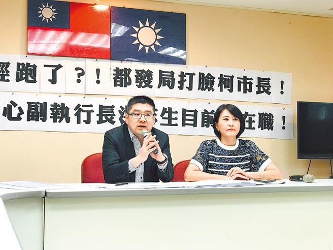 北市議員徐弘庭(左)、王鴻薇(右)18日質疑,狂領14個月獎金的都更中心副執行長洪志生,至今尚未離職,政風處、廉政委員會也還沒啟動調查,質疑有包庇之嫌。(張穎齊攝)
