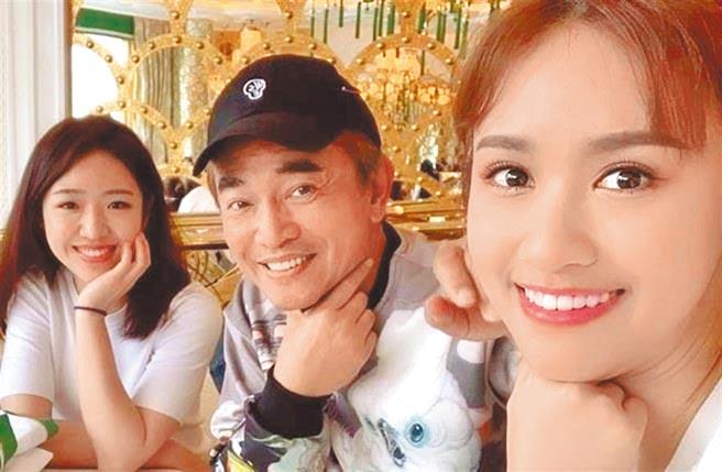 吴宗宪(中)昨表示尊重大女儿Sandy(右)与二女儿Vivian的感情发展。(摘自脸书)