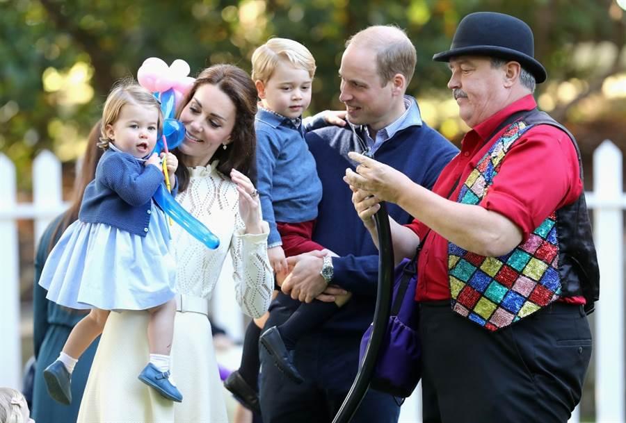 肢體動作專家分析,英國凱特王妃為孩子們挑選衣服時,會特別搭配相近色系,以凸顯一家人的感覺。(資料照/TPG、達志影像)