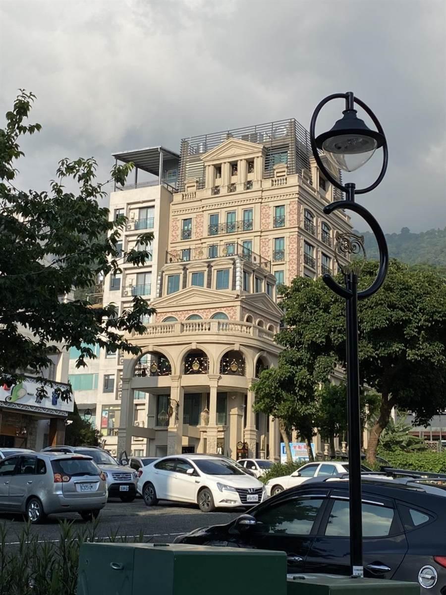 日月潭皇后古堡飯店以華麗古堡風格為主題,飯店外的雕花牆面、羅馬柱呈現經典歐式建築元素。(馮惠宜攝)