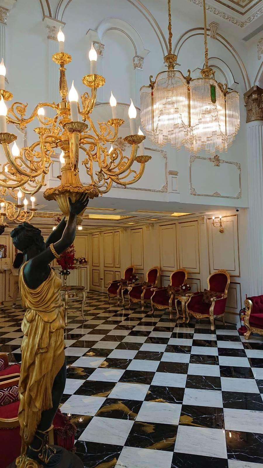 日月潭皇后古堡飯店以千萬打造的歐式裝潢大廳,華麗宮廷風擺飾十分吸睛。(馮惠宜攝)
