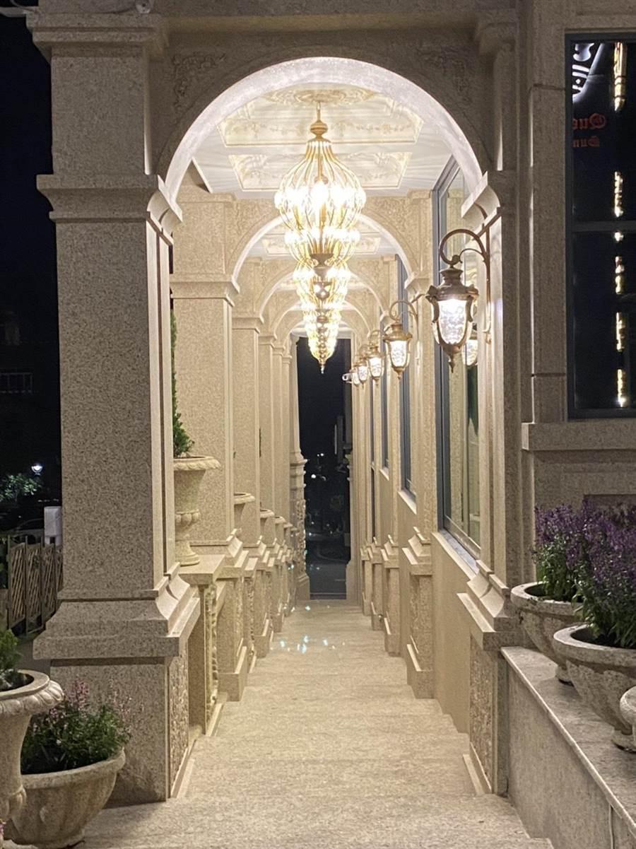 日月潭皇后古堡飯店迴廊在夜晚點燈後更是浪漫,每個角落皆營造出濃濃歐式氛圍。(馮惠宜攝)