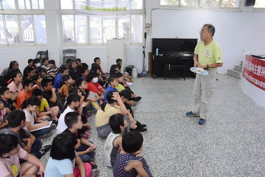 花蓮野鳥協會理事長劉國棟位學生上生命教育與保育類動物課程。(王志偉攝)