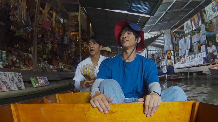 劉以豪(右)與李昇基在泰國水上市場努力完成任務。(Netflix提供)