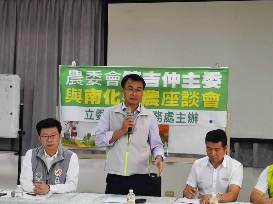 農委會主委陳吉仲(中)至台南市南化區農會與果農座談,聽取農民心聲。(劉秀芬攝)
