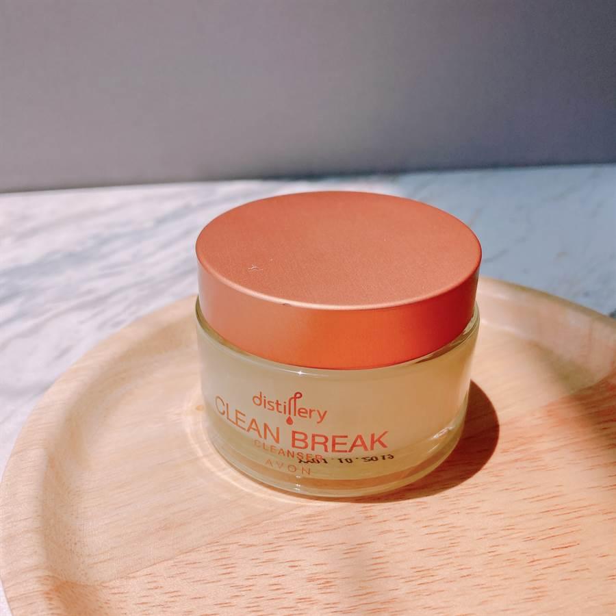 「杏桃濃萃潔顏膏」為清潔、調理二合一功能的產品,含69%的杏桃仁油,能有效帶走髒汙並滋養乾燥肌膚。(圖/邱映慈攝影)