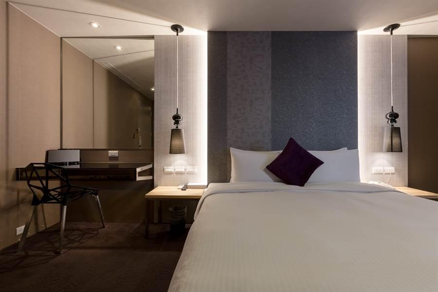 「綠的旅店」整體風格清新明亮,配色多以大海色調做點綴。(圖/Booking.com提供)