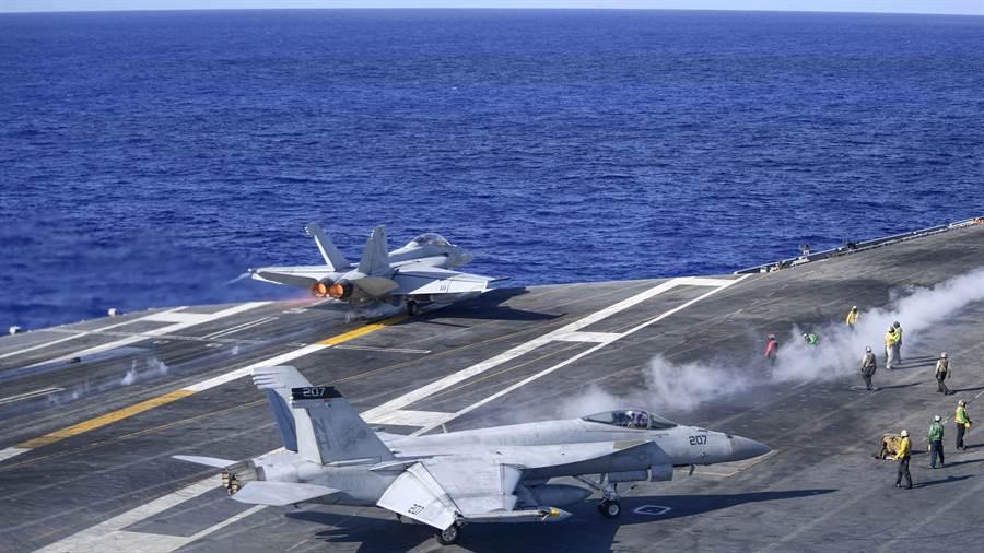 染疫休整2個多月的美國羅斯福號航母恢復執行任務後,發生F/A-18F墜毀事故。圖為6月12日羅斯福號航母上的F/A-18F艦載機在菲律賓海進行訓練。(圖/美國海軍)