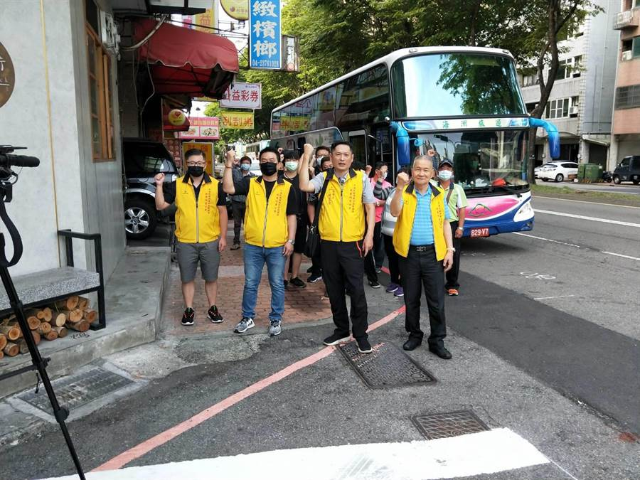 40多位運彩券19日在運彩商會理事長何昱奇帶領下搭乘大巴前往教育部體育署陳情。(馮惠宜攝)