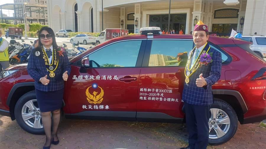 國際獅子會300-D2區總監孫樹評(右)及年度專案委員主席周姿廷(左),愛心公益不落人後,今捐出5部防疫車。(柯宗緯攝)
