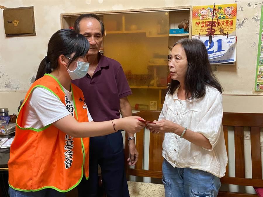 蔡衍明愛心基金會與南華大學合作「送愛下鄉趣」活動,同學親手將紅包贈與需要幫助的家庭。(張亦惠攝)