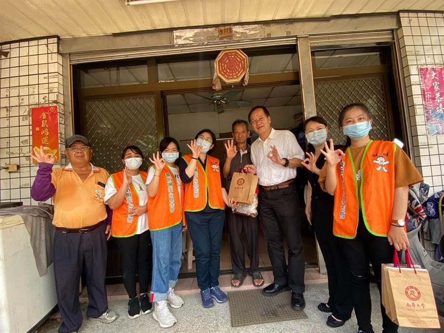 蔡衍明愛心基金會與南華大學合作「送愛下鄉趣」活動,每年三節送愛心到需要的家庭。(張亦惠攝)