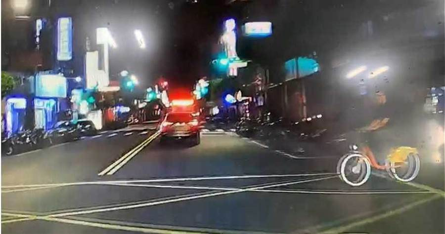 李男醉酒後騎乘腳踏車從巷弄竄出,與張男發生擦撞並要求賠錢。(圖/翻攝畫面)