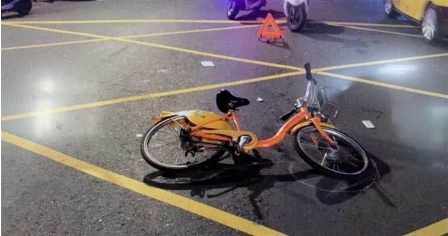 警方到場後依李男酒後騎腳踏車開出1200元罰單,更懷疑他是想碰瓷。(圖/翻攝畫面)