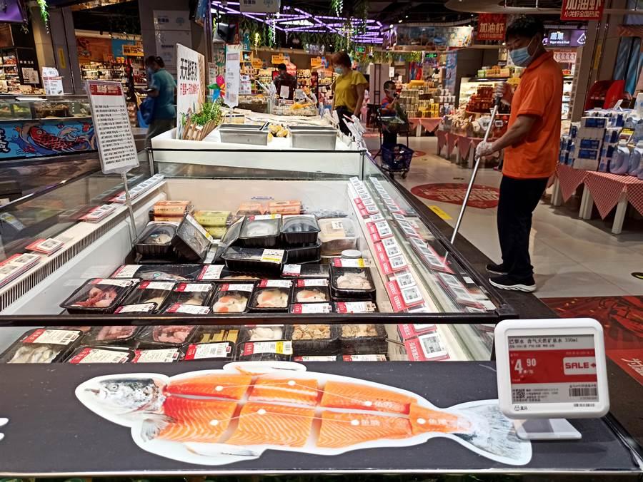 北京新發地市場爆發疫情,大陸專家認為所有的冷凍食品都應全排查。圖為北京豐台超市內冷凍食品區下架進口鮭魚。(圖/中新社)