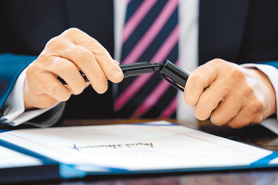 美前白宮國安顧問波頓新書爆料,總統川普形容台灣如簽字筆筆尖,還指著辦公桌說「這是中國」,圖為簽署公文的簽字筆。(美聯社)