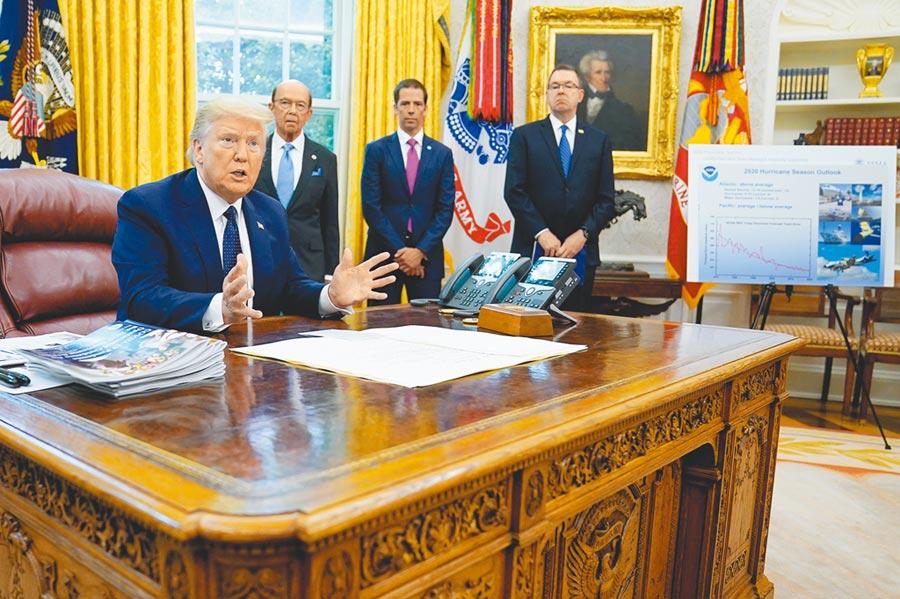 美前白宮國安顧問波頓新書爆料,總統川普形容台灣如簽字筆筆尖,還指著辦公桌說「這是中國」。圖為川普白宮總統辦公桌。(美聯社)