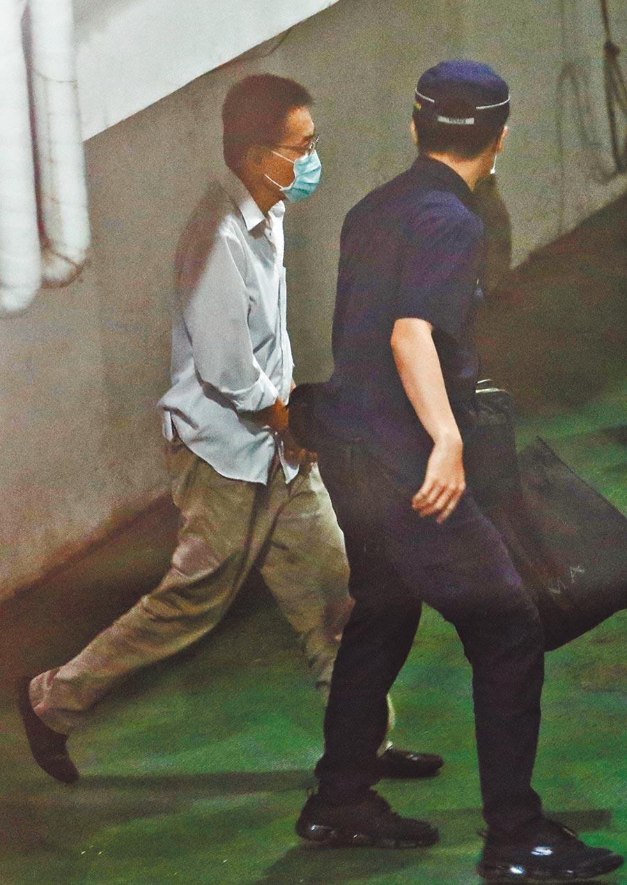 曾任立委助理的李易諴、陳惟仁涉嫌違反《國安法》,北院18日裁准2人羈押禁見。李、陳先後步上囚車。(劉宗龍攝)