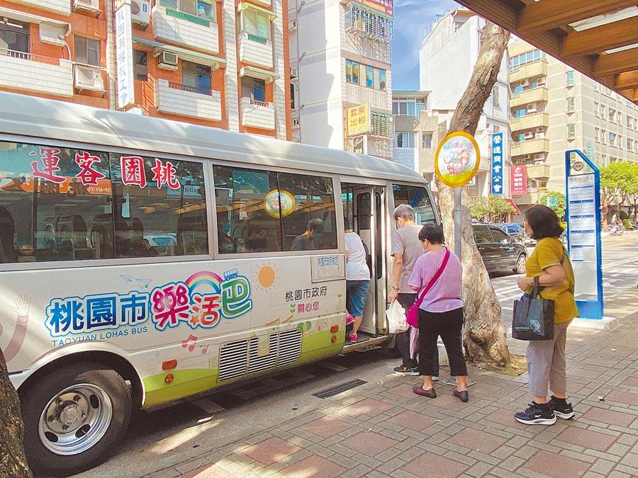桃園市23條免費樂活巴士將轉型成市區收費公車,分別由桃園客運和金台通運公司承接。(蔡依珍攝)