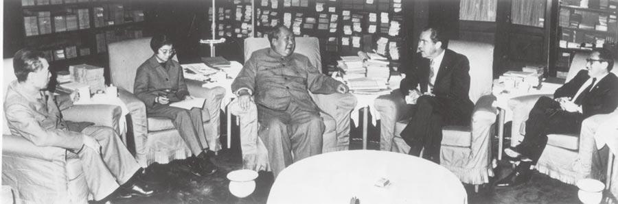 1972年2月21日,時任美國總統尼克森和毛澤東在北京進行「歷史性」會晤,在座右為季辛吉,左為周恩來。(本報系資料照片)