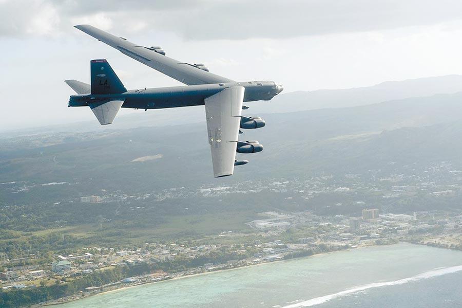 美軍機B-52H曾在關島北海岸飛行。(取自美國空軍官網)