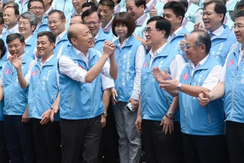 高雄市長韓國瑜與市府團隊合影留念,感謝團隊這1年多來為市政努力打拚。(林宏聰攝)