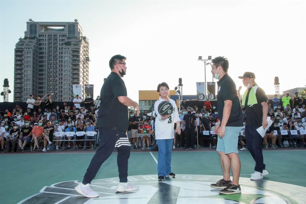 台中市長盧秀燕(左二)今晚身穿籃球衣到場為賽事開球,以行動力挺台中籃球,為球員加油打氣。(台中市府提供/盧金足台中傳真)