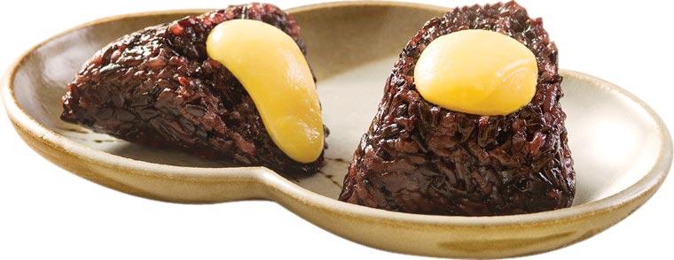 香格里拉台北遠東國際大飯店的〈紫米奶黃粽〉,內餡以全蛋、鮮奶和奶油蒸出濃郁獨門奶黃餡,每顆188元。圖/業者提供