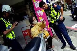婦人騎車險摔倒受驚嚇 中市暖警烈日相陪助返家