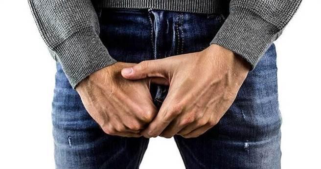 大陸一名男子在劇烈運動後,解尿時發現自己尿出黑色的醬油尿,嚇得趕緊就醫。(圖/示意圖,pakutaso)