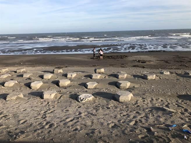 7月大女嬰遭套袋埋新屋沙灘。(翻攝照片/蔡依珍桃園傳真)