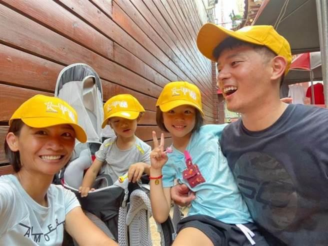 宥勝帶一家四口參加大甲媽祖遶境,為老婆蕾媽手術祈福。(圖/宥勝之旅臉書)