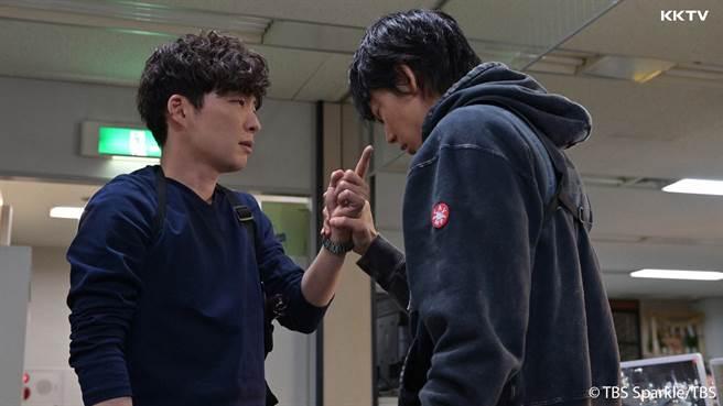 綾野剛與星野源睽違2年半,繼《產科醫生鴻鳥》後再度合作《MIU404》。(KKTV提供)