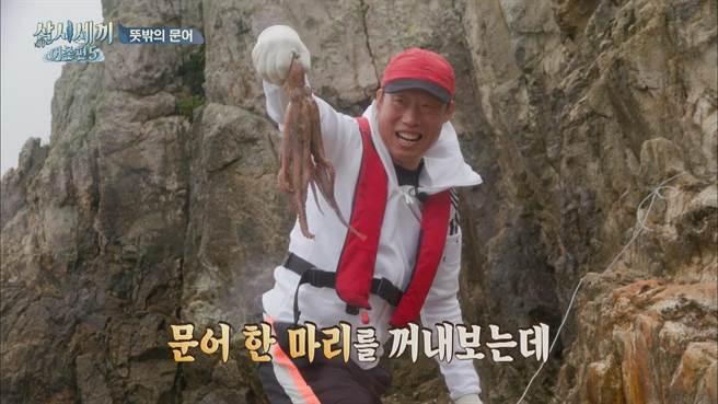 柳海真抓到虎頭魚、星鰻、大章魚等夢幻漁獲。(friDay影音提供)