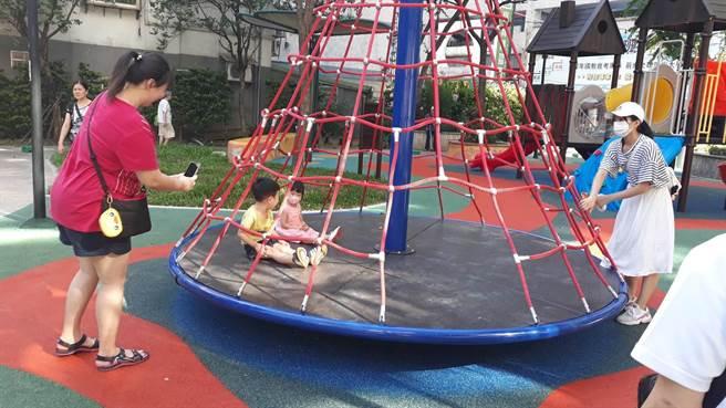 中港公園設置旋轉攀爬網,現場孩子玩得不亦樂乎。(新北市新莊區公所提供/賴彥竹新北傳真)
