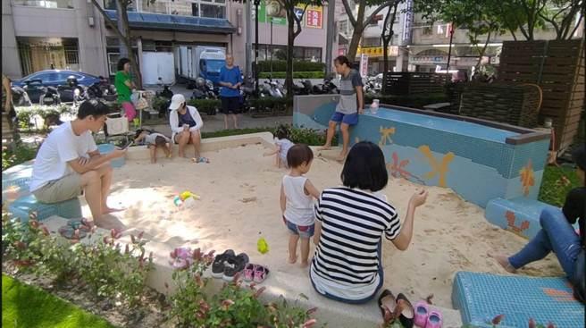中港公園增設新莊區第一座沙坑遊戲場。(新北市新莊區公所提供/賴彥竹新北傳真)