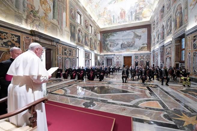 教宗方濟各20日在梵蒂岡向醫護人員發表談話,並對他們的無私奉獻表示感謝。(路透)